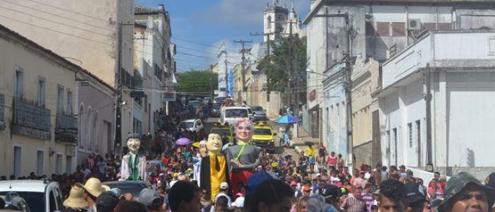 Abrindo prévias carnavalescas, Nata dos Músicos Penedenses arrasta foliões pelas principais ruas de Penedo