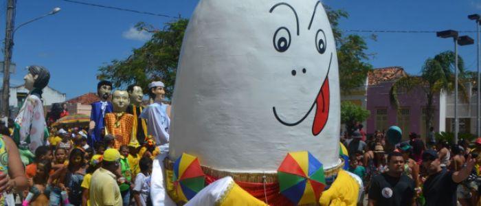 Ovo da Madrugada comemora 10 anos na avenida arrastando multidão pelas ruas de Penedo