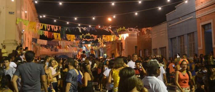 """""""Lavagem do Rosário"""" atrai milhares de foliões ao percurso do frevo em Penedo"""