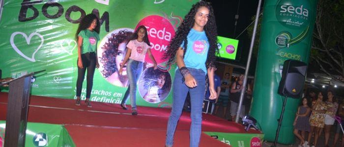 Adolescente cacheada vence segunda edição do Desfile Seda em Penedo