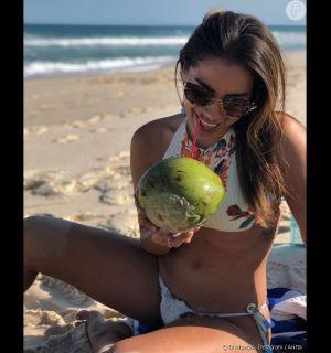 Anitta brinca sobre barriga seca em foto de biquíni: Fiz uma lipo poderosa