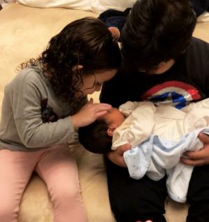 Wesley Safadão mostra filhos com caçula no colo: 'Papai fica todo bobo'