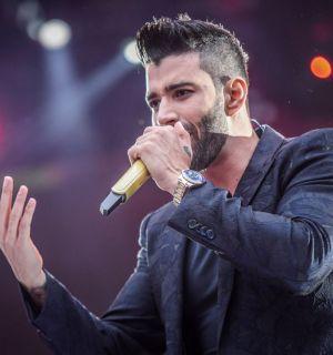 Gusttavo Lima se emociona e abraça senhora em show: 'Me passa paz'