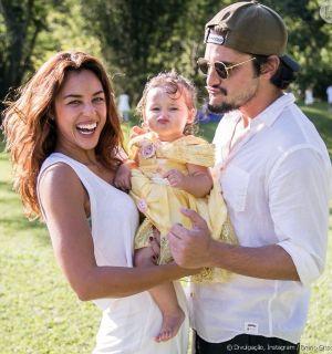 Bruno Gissoni e Yanna Lavigne dispensam babá em viagem com a filha