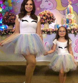 Solange Almeida posa com filha em festa e semelhança impressiona