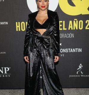 Anitta ganha troféu em premiação de revista no México: 'Não posso acreditar'