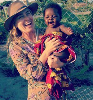 Angélica ensina crianças da Tanzânia a mandarem beijo pra câmera