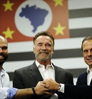 Arnold Schwarzenegger grava vídeo com Doria dizendo slogan do governador