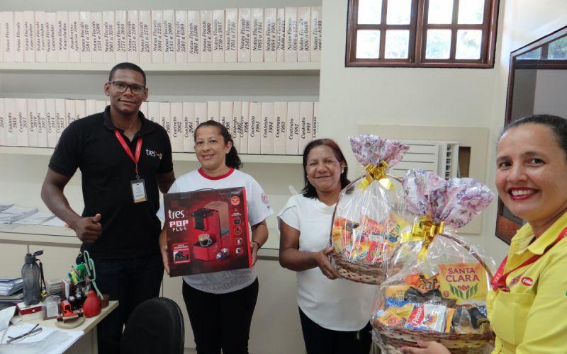 """Equipe da marca """"3 Corações"""" visita Rádio Penedo FM e entrega prêmio de promoção"""