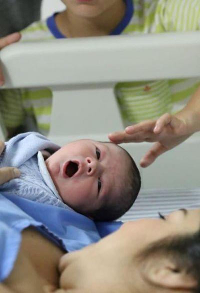 Gustavo Lopes e Eva Fon festejam nascimento de Liam