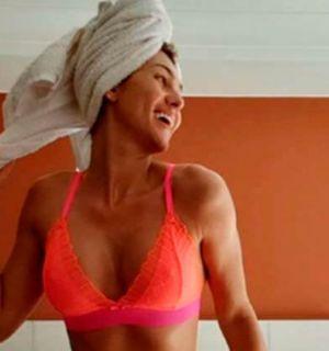 Lívia Andrade posa de lingerie e rebebe elogios de famosos