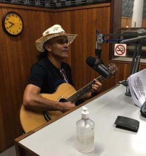 Cantor e compositor Nico Melodia visita estúdios da Rádio Penedo FM