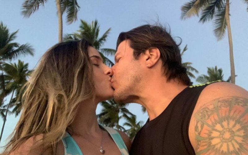 Paulo Ricardo homenageia namorada, que faz 34 anos