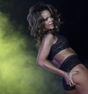 Com a bandeira do Brasil, Rihanna canta em Brasília