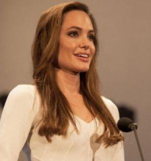 Angelina Jolie discursa a favor de refugiados durante premiação na Suíça