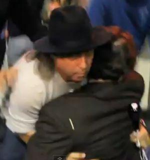 Vídeo: Aparentemente bêbado, Johnny Depp cai no meio da rua