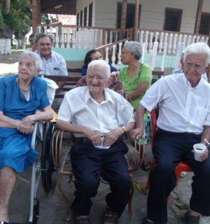 Familiares e amigos comemoram os 100 anos de 'Mirinho'