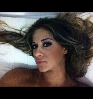 Ex-BBB Mayra Cardi posta foto maquiada e deitada em cama