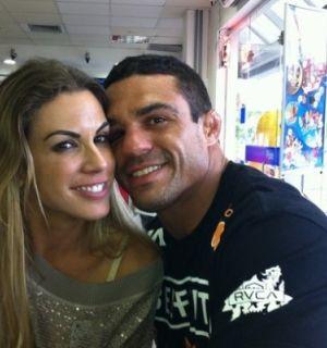 Belfort emenda noite e toma café com Joana Prado em padaria