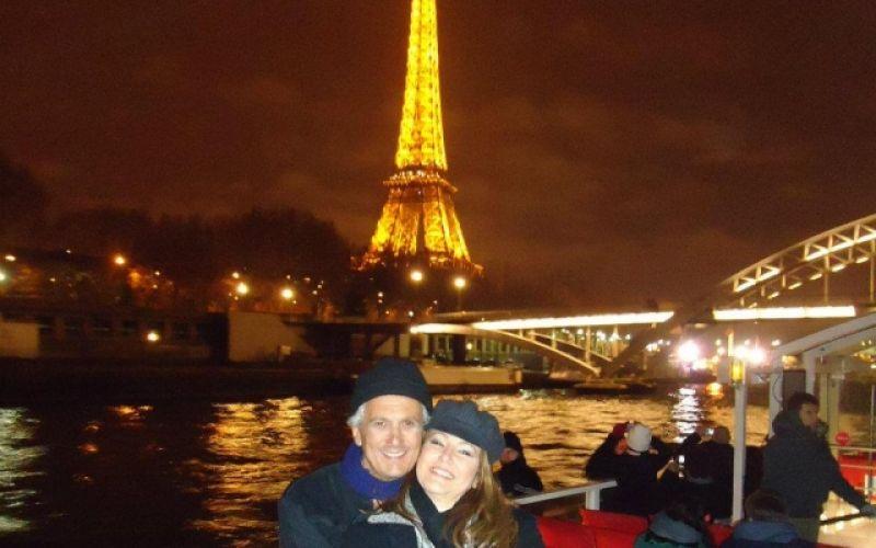 O casal Robson Lessa e Cristiane Farrapeira no clima parisiense