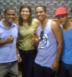 Integrantes do Grupo Kilôcura visitam Rádio Penedo FM