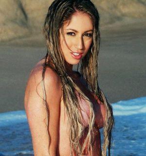 Panicat Carol Narizinho posta foto de topless no Twitter