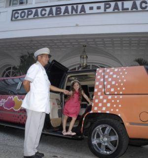 Mel Maia desfila de limusine por Copacabana