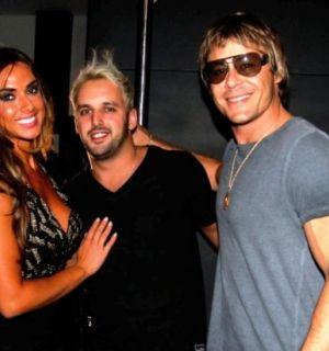 Ex-peões Nicole Bahls e Théo Becker caem juntos na balada em SP