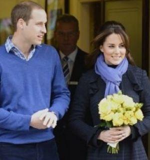 Grávida, Kate Middleton deixa o hospital ao lado de William