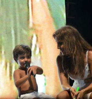 Filho de Ivete Sangalo sobe ao palco e rouba a cena