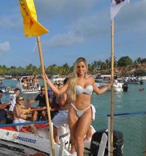 Ex-panicat Aryane Steinkopf exibe o corpão em evento em Alagoas