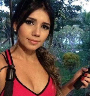 Paula Fernandes usa decote e maquiagem para malhar