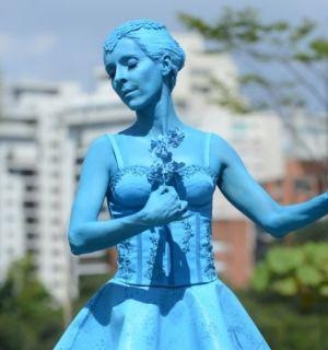 Deborah Evelyn aparece pintada de azul para gravação da novela Sangue Bom