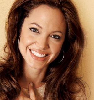 Angelina Jolie diz ter retirado seios para evitar câncer