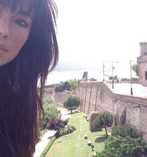 Atriz Dani Suzuki posta foto em castelo na Espanha