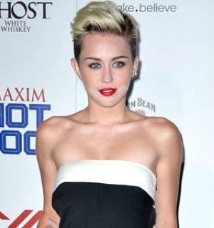 """Miley Cyrus erra na maquiagem e aparece de """"barba branca"""" em fotos"""