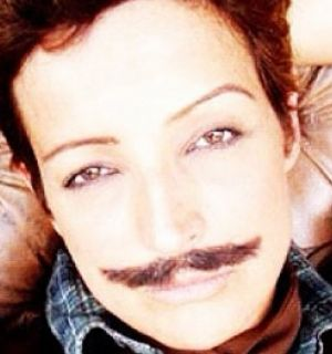 Betty Lago comemora aniversário e publica foto de bigode