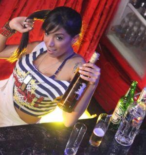 MC Anitta vira garçonete de boate em novo clipe