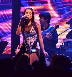 De roupa justa, Anitta reclama de camisinha jogada no palco