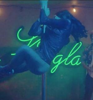 Bruno Mars canta em boate com atriz indiana em clipe de 'Gorilla'