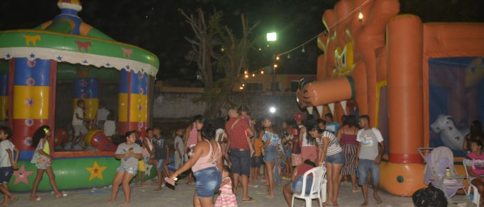 Brincadeiras e distribuição de brindes alegram domingo de crianças no Barro Vermelho