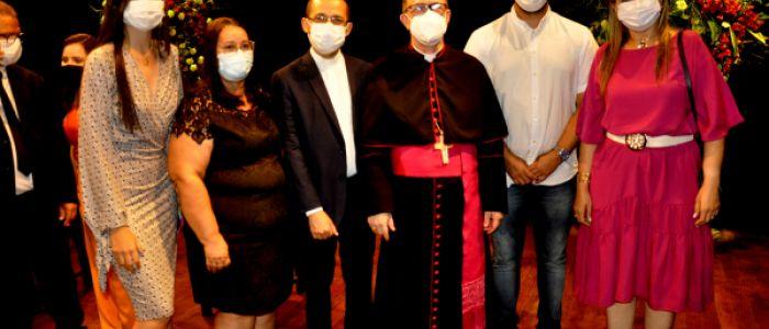 Em solenidade no Theatro Sete de Setembro, novo bispo de Penedo é recepcionado por autoridades civis