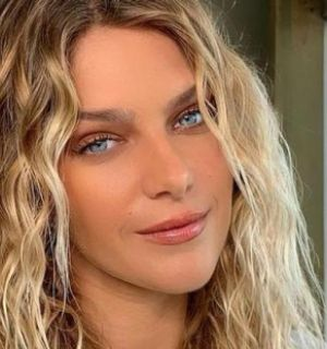 Isabella Santoni ostenta barriga chapada e arranca suspiros da web