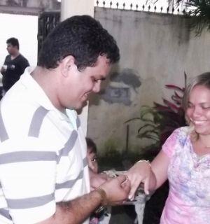 Júnior Idalino e Isabel Leite trocam alianças e oficializam noivado